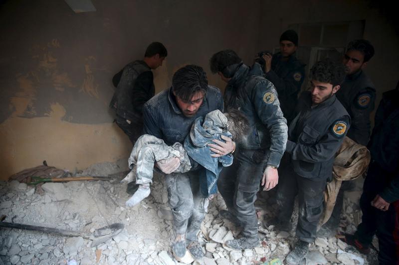 Солдат выносит ребенка фото