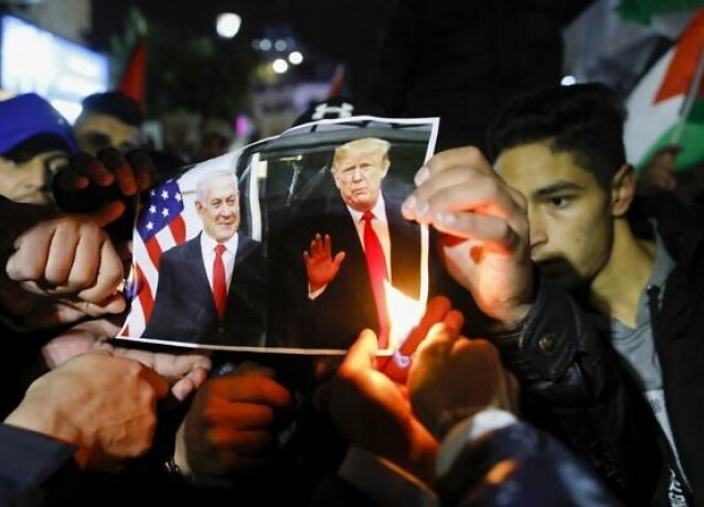 Arabs burning pictures of Netanyahu and Trump